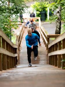 Juoksijat portaissa